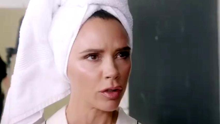 Η Victoria Beckham παραδίδει μαθήματα: Ολοκληρώνει το μακιγιάζ της και κουρεύεται μέσα στο… αμάξι