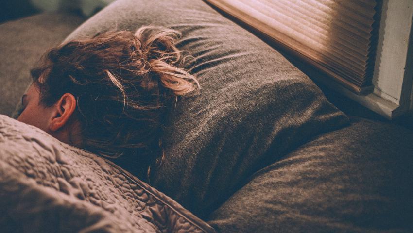 Αδυνατείς να κοιμηθείς καλά; Οι συνήθειες που σαμποτάρουν τον ύπνο σου