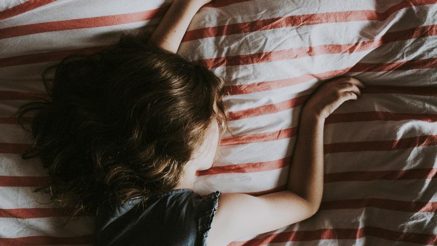 Υπναγωγικός σπασμός: Γιατί βιώνουμε την τρομακτική αίσθηση της πτώσης λίγο πριν μας πάρει ο ύπνος;