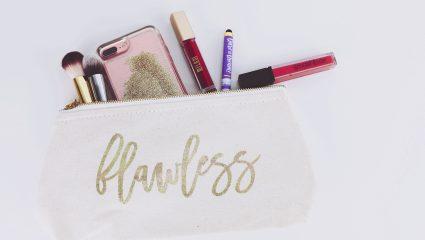 Τα μόνα 6 beauty products που χρειάζεται να έχει το νεσεσέρ σου για να λάμπεις καθ' όλη τη διάρκεια της ημέρας