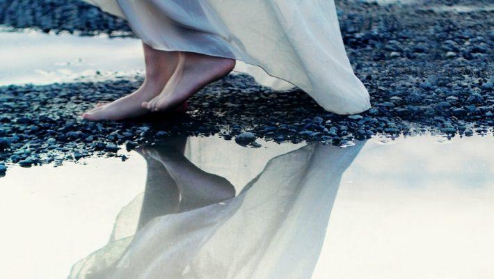 «Καθρέφτες και Είδωλα» της Έλενας Γκίκα-Πετρουλάκη: Μια συγγραφέας που έχει πολλά να μας πει