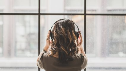 Art therapy: Πώς η μουσική και η ποίηση βελτιώνουν την υγεία και την ψυχολογία μας