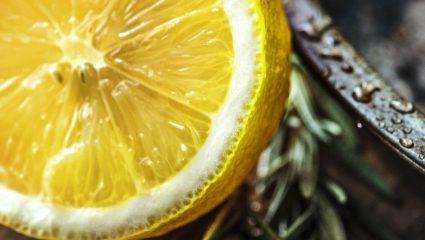 Νερό με λεμόνι και καύση λίπους: Τι πραγματικά ισχύει με την απώλεια κιλών