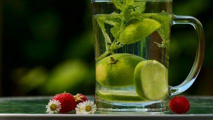 Γιατί είναι καλό να ρίχνεις λίγες σταγόνες χυμό λεμονιού στο νερό σου
