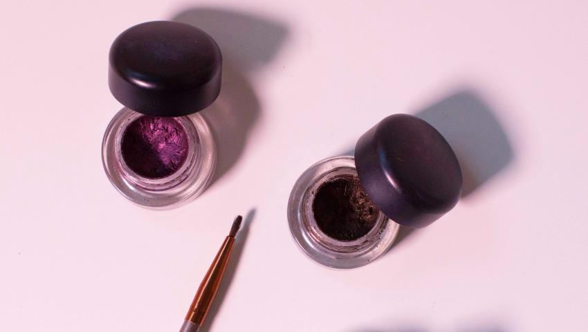 Το κόλπο για ολόισια γραμμή eyeliner που θα σε βοηθήσει να αποφύγεις τα λάθη