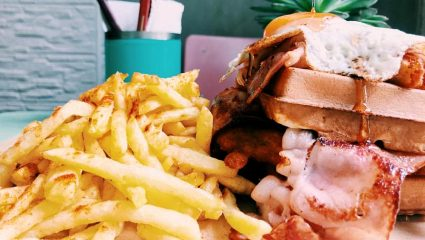 Waffle, κροκόδειλος και καβούρι… Τα πιο περίεργα burgers της πόλης είναι εδώ!