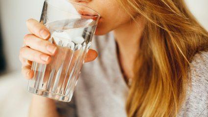Τελικά είναι σωστό να πίνουμε νερό κατά τη διάρκεια του φαγητού;