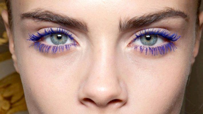 Η χρωματιστή mascara πρωταγωνιστεί ξανά: Τι χρώμα να επιλέξεις ανάλογα με τα μάτια σου