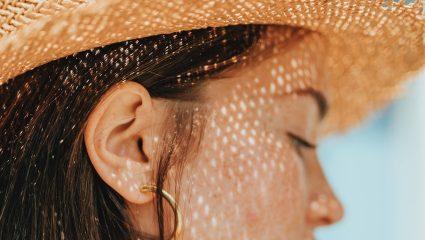 Ψάθινο καπέλο: Πώς να φορέσεις σωστά το αξεσουάρ που χρειάζεσαι αυτή την άνοιξη
