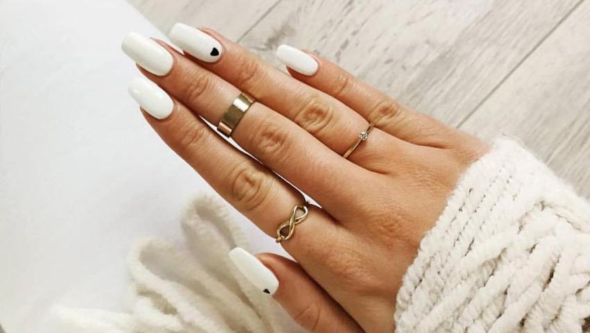 Οι πιο stylish ιδέες για να «σπάσεις» χρωματικά το total white manicure