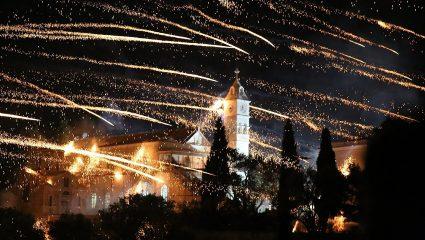 Χαλιά από λουλούδια και «πόλεμος» των εκκλησιών: Τα πιο ξεχωριστά πασχαλινά έθιμα στον κόσμο