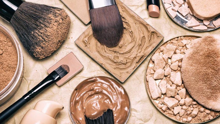 «Γιατί γεμίζω σπυράκια;»: Τα δύο μεγάλα λάθη που κάνεις με τα καλλυντικά σου