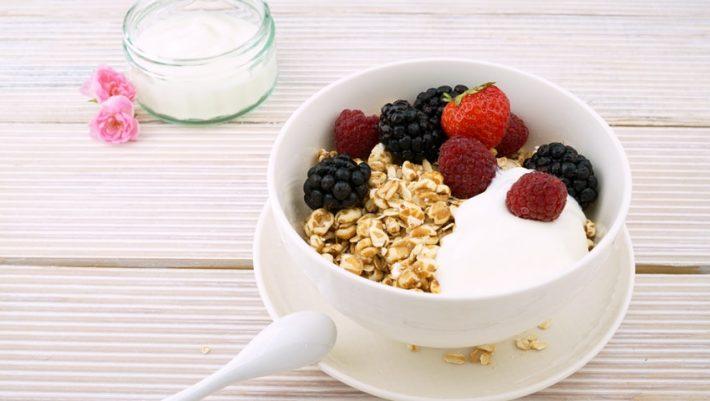 Έχεις 5 λεπτά; Φτιάξε το πιο νόστιμο, εύκολο και γρήγορο πρωινό με γιαούρτι