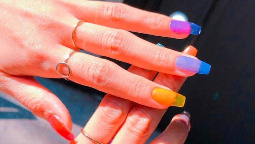 PVC nails: Η νέα, απόλυτα κιτς τάση στο manicure επιστρέφει από τα '90s