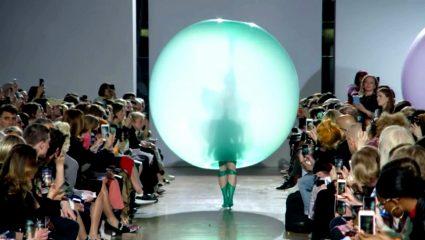 Η πιο viral πασαρέλα του χρόνου ανήκει στον Fredrik Tjaerandsen και τα φορέματα-μπαλόνια
