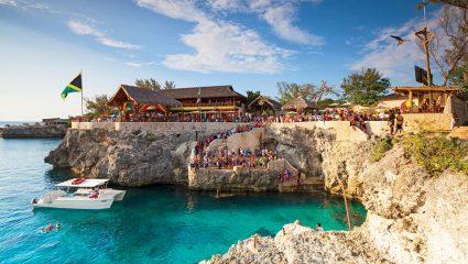 Τα 3 άπαιχτα beach bars των Κυκλάδων που θυμίζουν Καραϊβική
