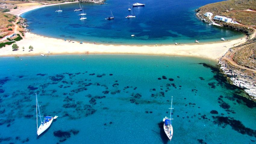 Ανοργάνωτη, θυμίζει Χαβάη: Η πιο «δύσκολη» παραλία των Κυκλάδων είναι ό,τι πιο ωραίο έχεις δει