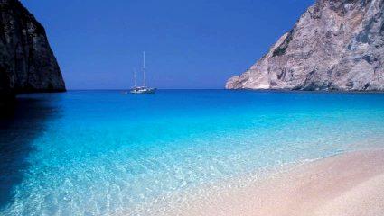 Το νησί με τα πιο μπλε νερά της Ελλάδας έχει πράγματι τις ωραιότερες παραλίες