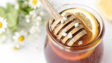 Μέλι στο φαγητό, μέλι και στα μαλλιά: Οι καλύτεροι τρόποι να αξιοποιήσεις τη θαυματουργή αυτή τροφή