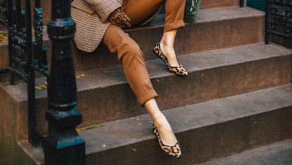 Flat shoes, τα παρεξηγημένα: H τάση που μας βγάζει από τη δύσκολη θέση