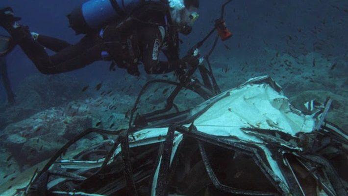 35 μέτρα κάτω απ' τη θάλασσα: Το μεγαλύτερο νεκροταφείο κλεμμένων αμαξιών στην Ελλάδα