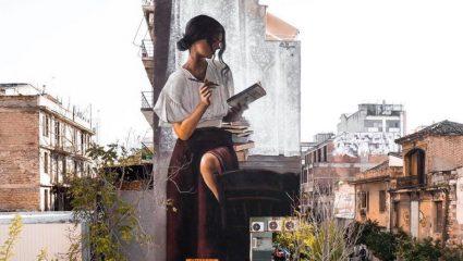 «Η γυναίκα που διαβάζει»: Το κοινωνικό μήνυμα του νέου graffiti που μαγνητίζει τα βλέμματα στο Μεταξουργείο