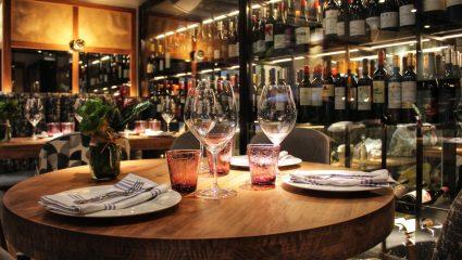 Τα 5 καλύτερα wine bars της Αθήνας για να απολαύσεις το κρασί σου αυτές τις γιορτές