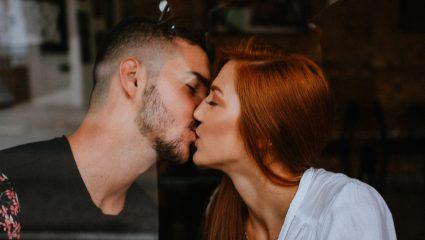5 παράξενα πράγματα που μας συμβαίνουν κατά τη διάρκεια του φιλιού