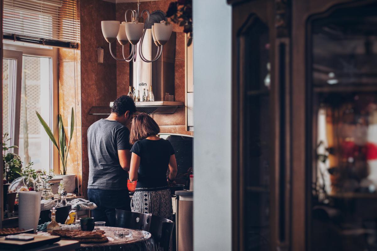Καραντίνα και συγκατοίκηση: Απλά tips για να βγει αλώβητη η σχέση σας