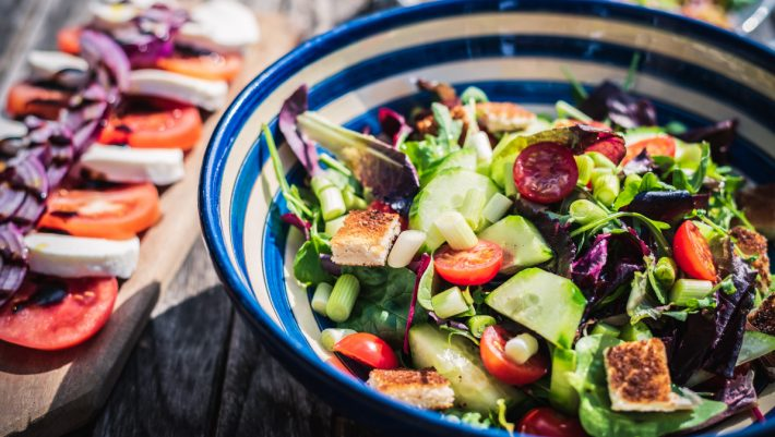 3 υλικά που κάνουν τη σαλάτα σου «βόμβα» θερμίδων