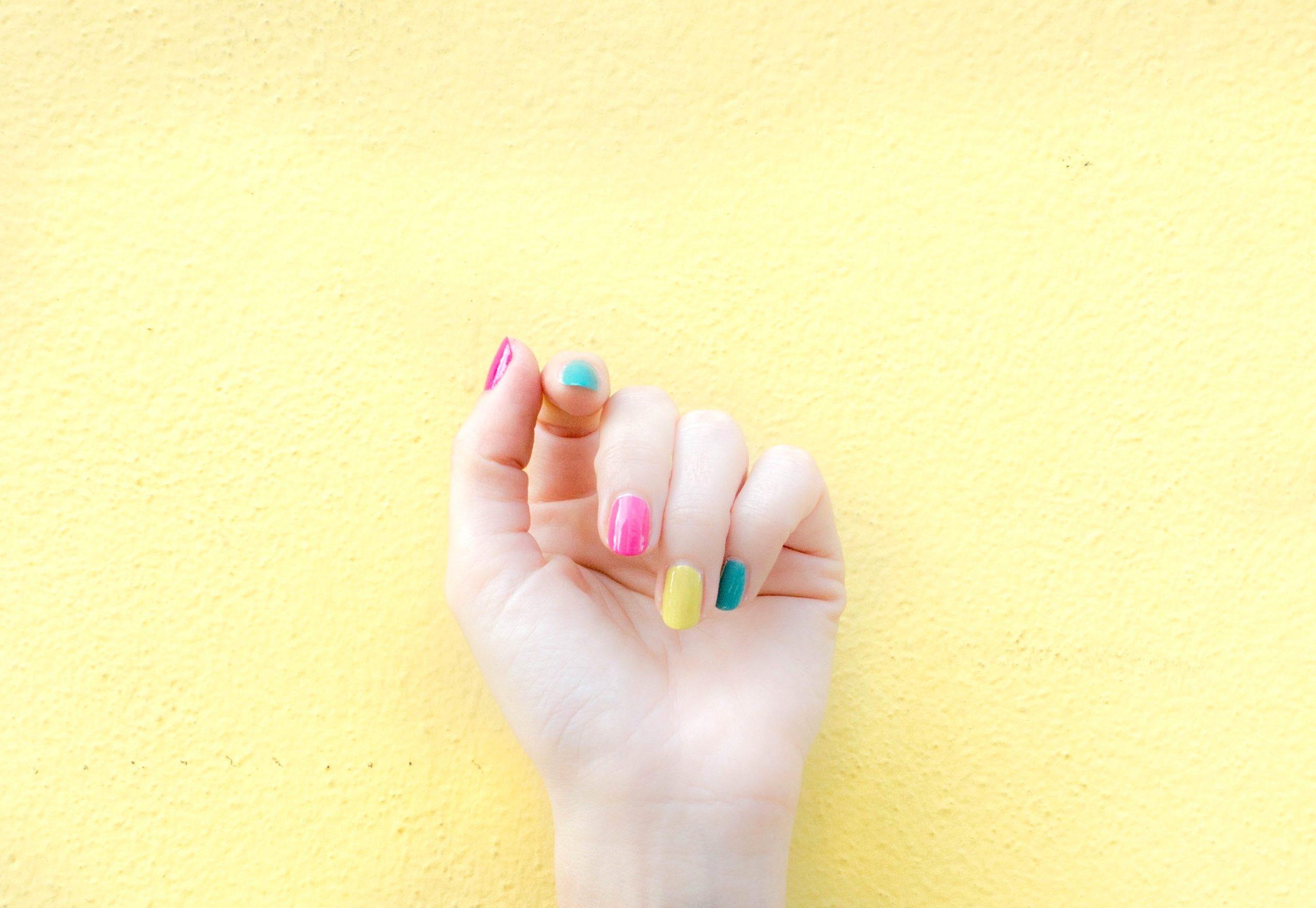 Rainbow nails: Η απόλυτη τάση στα νύχια απέκτησε όνομα