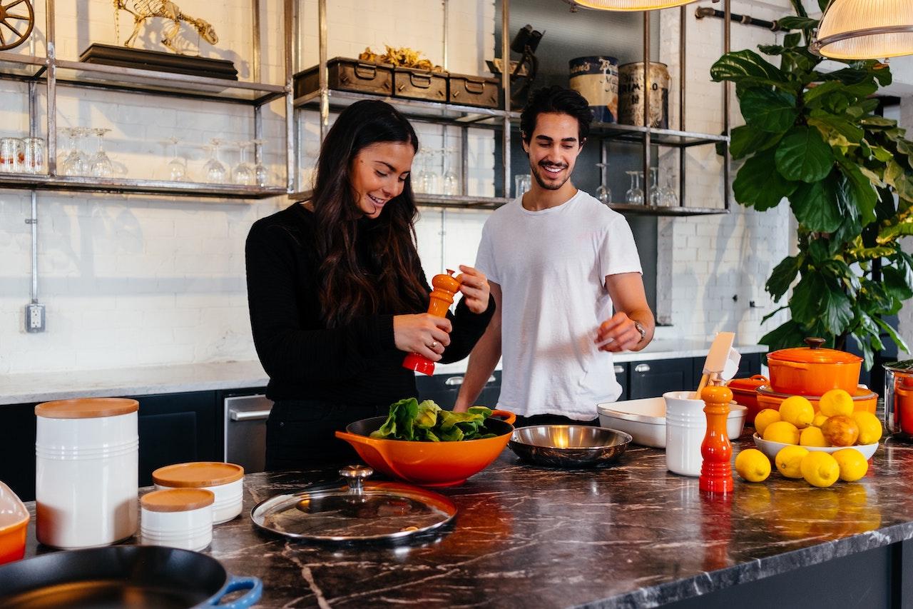 3 + 1 τρόποι για να κρατήσεις τον σύντροφό σου μακριά από το junk food