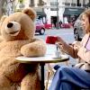 Γιγαντιαία teddy bears κατέκλυσαν παριζιάνικο café λόγω covid-19