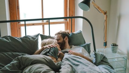 Η επιστήμη μίλησε: Η στάση ύπνου που προδίδει πως έχεις βρει τον ιδανικό σύντροφο