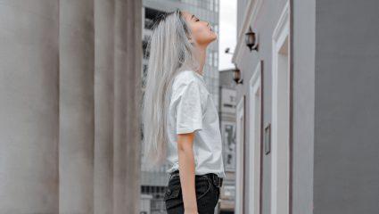 Λιπαρά μαλλιά; Τρεις τρόποι να μετριάσεις την ανεπιθύμητη γυαλάδα