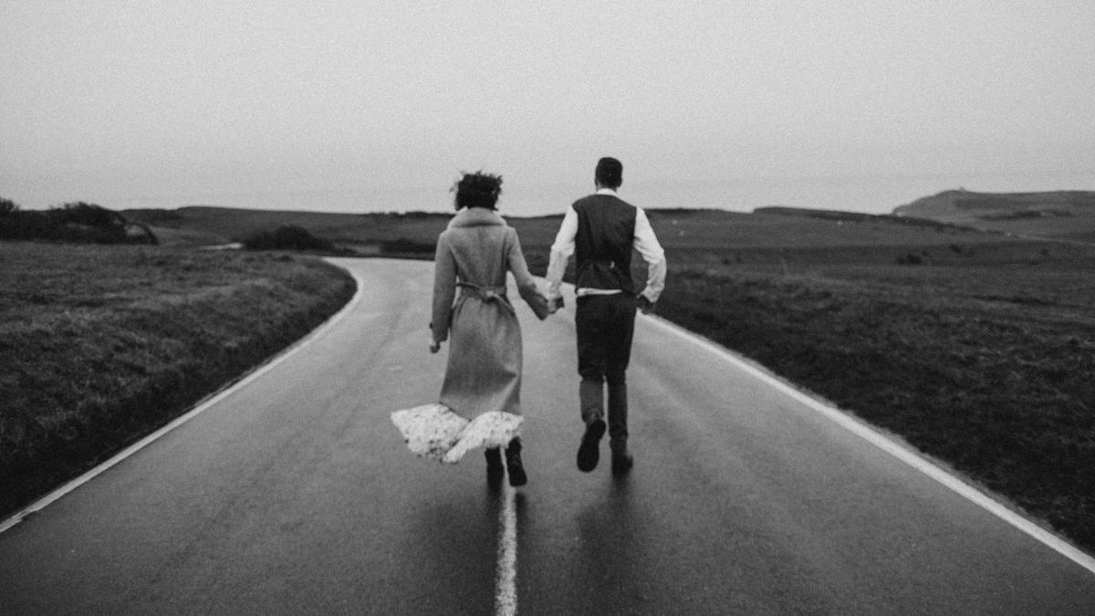 Αγαπάμε λιγότερο ή λιγότερους καθώς μεγαλώνουμε;
