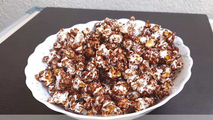Πανεύκολη συνταγή για σοκολατένια pop corn για τις βραδιές του Netflix