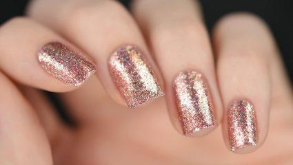 Χριστούγεννα και είναι η εποχή του rose gold manicure