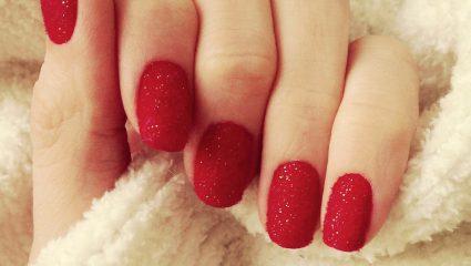Τα velvet nails είναι πράγματι η πιο αμφιλεγόμενη μόδα στο manicure