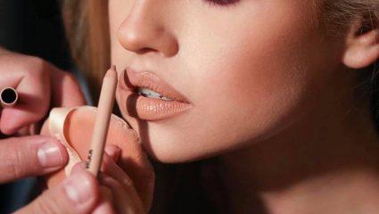 Άσε κάτω το κραγιόν! Το μυστικό για τα πιο ζουμερά χείλη είναι άλλο