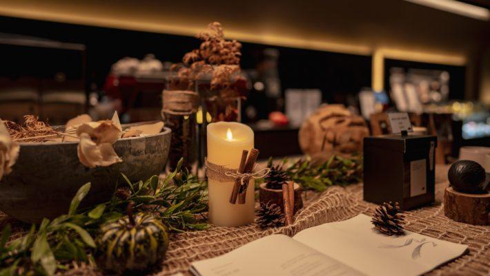 Ο πιο όμορφος τρόπος να διακοσμήσεις το σαλόνι σου με χριστουγεννιάτικα κεριά