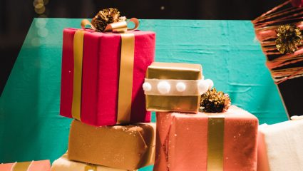 Xmas time! Έρευνα αποκαλύπτει πώς αντιδρούν τα δύο φύλα στα λάθος δώρα