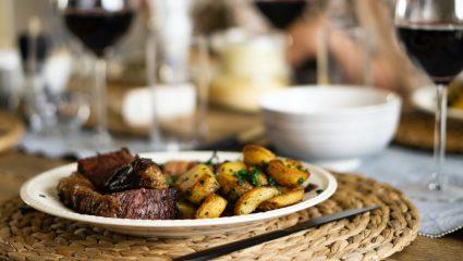Οι πιο νόστιμες πατάτες με πάπρικα και δενδρολίβανο για το γιορτινό τραπέζι