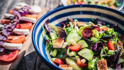 Detox salad: Το αποτοξινωτικό πιάτο που δεν ξεπερνά τις 300 θερμίδες
