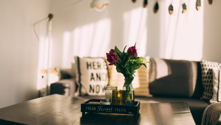 White home deco: Τα βάζα που ταιριάζουν με κάθε είδος λουλουδιού