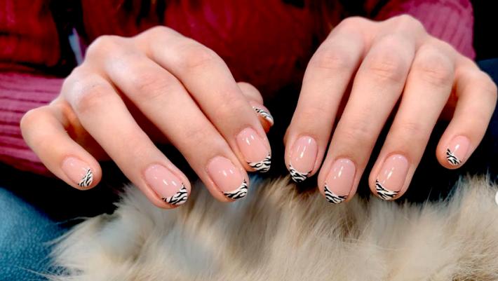 Το γαλλικό manicure αλλάζει και η φετινή εκδοχή του είναι το κάτι άλλο