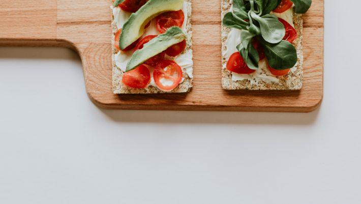 Σνακ με αβοκάντο και ντοματίνια για το πιο νόστιμο δεκατιανό για το γραφείο