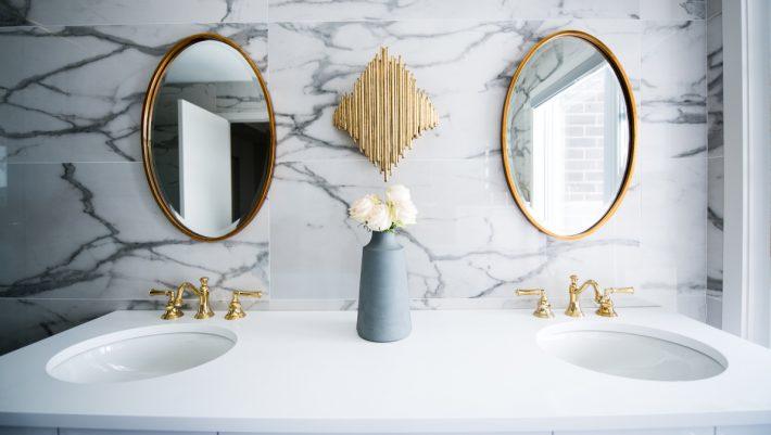 Πώς ένας καθρέφτης θα κάνει τη διακόσμηση του σπιτιού σου να μοιάζει ακριβή