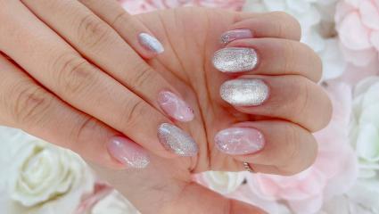 Ας μιλήσουμε για τα aurora nails που έκαναν το instagram να παραμιλά