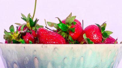 Η δροσερή και ενυδατική DIY μάσκα προσώπου από φράουλες που θα λατρέψεις